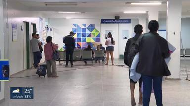Pacientes reclama de superlotação nos hospitais de Taguatinga e de Ceilândia - Ambulâncias são retidas no HRC por conta da falta de leitos. Macas dos veículos são usadas para atender pacientes que chegam. Em Taguatinga, não tinha atendimento de clínico geral. A Secretaria de Saúde disse que está fazendo melhorias na saúde pública do DF, mas que algumas soluções são de médio prazo.