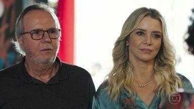 César tenta se justificar com Vânia pela presença de Karina - Os amigos de Milena aparecem na ONG e Jaqueline comemora