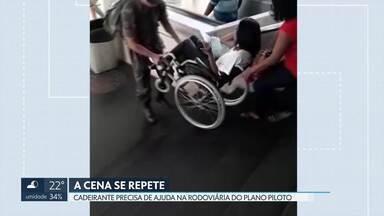 Cadeirante recebe ajuda para descer escadas na rodoviária do Plano Piloto - A cena se repete. Por falta de elevadores, pessoas com deficiência têm que contar com a ajuda de outras pessoas.