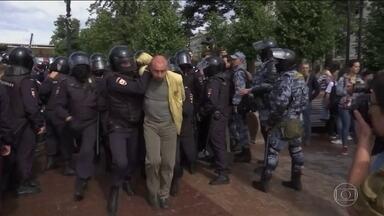 Polícia russa prende quase 800 em manifestação por eleições livres - Governo Putin proibiu dezenas de candidatos de oposição de participarem das eleições legislativas de Moscou.