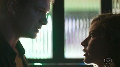 Filipe desconfia das intenções de Rita e eles discutem - O filho de Lígia acusa Rita de seduzi-lo para influenciá-lo a depor contra a tia