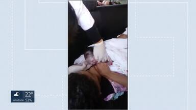 Bebê nasce dentro de carro em frente a posto de saúde de Sobradinho II - Mãe chegou a ligar para o Samu, mas disse que atendentes não acreditaram na ligação. Samu disse que informações passadas eram de início de parto e indicou deslocamento ao hospital.