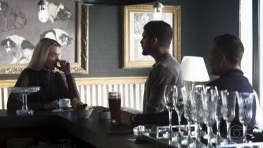 Kim e Agno planejam o contrato de Rock - O lutador fica constrangido com o comportamento da agente