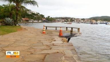 Trecho da Orla Bardot, em Búzios, é interditado por conta do avanço do mar - Tábuas de madeira do deck se desprenderam nesta segunda-feira (5).