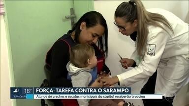 Bebês que viajarem para áreas onde há surto de sarampo devem ser vacinados, diz MS - Crianças até 1 ano de idade incompleto devem receber dose da vacina até 15 dias antes da viagem, segundo o Ministério da Saúde.