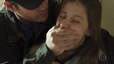 Góis imobiliza Anjinha - Anjinha tenta fugir do cabo, mas ele a detém
