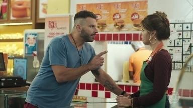 Carla propõe noivado a Madureira - Madureira se surpreende com o pedido da namorada