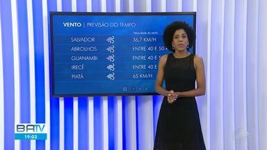 Confira a previsão do tempo para Salvador e o interior da Bahia - Vento forte em praia de Piatã, na capital, causou transtornos, e a areia avançou até a pista.