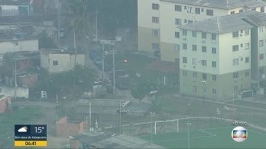 Polícia Civil faz grande operação na Cidade de Deus, Zona Oeste do Rio - Os agentes contam com o apoio de helicóptero e veículo blindados. O objetivo é cumprir 29 mandados de busca e apreensão, sete de prisão, seis sequestros de bens.