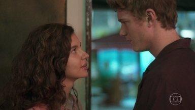Filipe e Rita se beijam - O rapaz afirma que Isaura mentiu no depoimento, mas diz que Lara não subornou a parteira