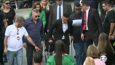 Justiça determina arquivamento da acusação de estupro contra Neymar - A Justiça de São Paulo aceitou o pedido de arquivamento do processo que tinha sido feito pelas promotoras do caso.