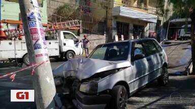 Carro bate em poste no bairro Horto, na Região Leste de BH - Uma jovem foi socorrida pelo Samu. Rua Maia Lacerda precisou ser interditada na altura do cruzamento com a Avenida Silviano Brandão.
