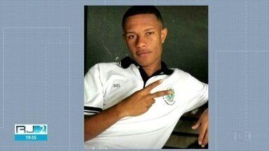 Jovem morre após ser baleado em ponto de ônibus na Tijuca - Vítima tinha 18 anos e caminhava para a escola.