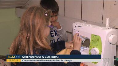 Crianças de 6 a 11 anos aprendem a costurar em ateliê de Curitiba - Aulas ajudam até a melhorar a autoestima dos pequenos.