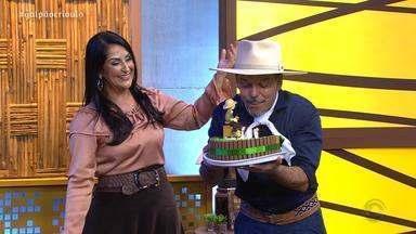 Neto Fagundes recebe homenagem pelo seu aniversário - Assista ao vídeo.