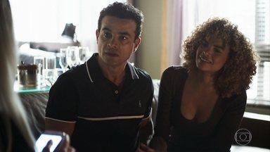 Sílvia ajuda Márcio a se afastar de Kim - Kim acorda no hospital e procura por Márcio. Ele discute com a assessora de Vivi e Sílvia o defende