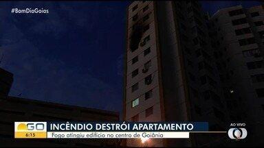 Apartamento pega fogo e assusta moradores de prédio em Goiânia - Bombeiros informaram que ninguém ficou ferido com as chamas, mas algumas pessoas passaram mal devido à fumaça.