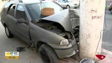 Carro bate de frente com poste em Vitória - Acidente aconteceu em Goiabeiras.