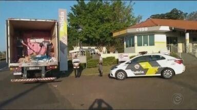 Caminhoneiro é preso em Assis com cigarros contrabandeados do Paraguai - Os cigarros foram apreendidos no domingo (11) pela Polícia Rodoviária na rodovia Raposo Tavares. A apreensão faz parte da operação de combate ao narcotráfico. A carga e o motorista foram encaminhados para a Polícia Federal de Marília (SP).