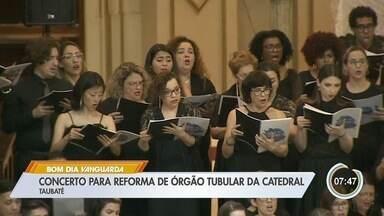 Catedral em Taubaté recebe apresentação em conjunto de três corais - Foram mais de 100 músicos que fizeram missa em forma de canto.