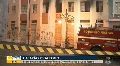 Incêndio atinge casarão no Centro Histórico de João Pessoa - O Corpo de Bombeiros foi acionado por moradores e as chamas foram contidas ainda no prédio. Ninguém ficou ferido.