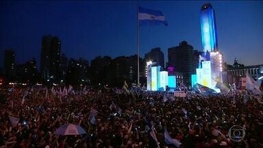 Oposição sai na frente nas prévias das eleições argentinas - A chapa encabeçada por Alberto Fernández, que tem a ex-presidente Cristina Kirchner como vice, venceu com 47% dos votos. A diferença para o segundo colocado, o presidente Maurício Macri, foi de mais de 15 pontos percentuais.