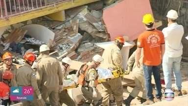 Mulher é retirada com vida dos escombros de desabamento na Zona Oeste do Rio - Filho, uma criança de três anos, ainda está soterradas. Mais de quarenta homens do Corpo de Bombeiros trabalham no resgate da vítima.