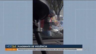 Motoqueiros armados assaltam motoristas em avenida movimenta no Mossunguê - O alvo são relógios de luxo e joias.