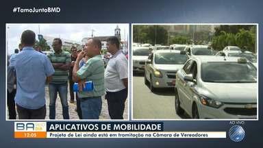 Taxistas se reúnem e pedem regulamentação dos motoristas de transporte de aplicativo - Categoria está concentrada na Câmara de Vereadores e pedem por igualdade na profissão.