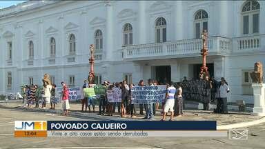Moradores realizam protesto e cobram posse de terra na zona rural de São Luís - Comunidade Cajueiro está protestando nesta segunda-feira (12) em frente a sede do governo do Estado para evitar a construção de um porto privado na área.