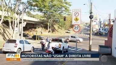 Motoristas ainda não sabem aproveitar recurso para 'desafogar' trânsito - Situação ocorre na Avenida da Saudade, em trecho que recebeu semáforos.