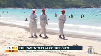 Prefeitura de Cabo Frio diz que Petrobras doará novos equipamentos para conter vazamentos - Manchas de óleo apareceram em praias da Região dos Lagos em meados de abril.