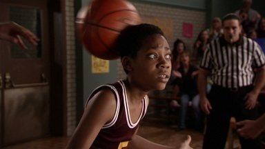 Todo Mundo Odeia Basquete - O treinador de basquete da escola convoca Chris para o time, mas ele não sabe como jogar. E o pior: uma nota ruim em um teste surpresa pode expulsá-lo da equipe.
