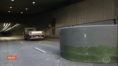 Acidente com caminhão interdita túnel de São Paulo por mais de uma hora - Duas caixas d'água caíram do veículo e ficaram no meio da pista do túnel Ayrton Senna, um dos mais movimentados da capital.