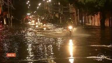 Temporal provoca alagamentos em Belém (PA) - A chuva só durou duas horas, mas causou muitos transtornos.