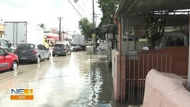 Vazamento no bairro de San Martín alaga casas e atrapalha trânsito - De acordo com moradores, não é a primeira vez que isso acontece.