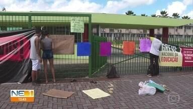 Universidades e escolas públicas fecham as portas em dia de mobilização pela educação - Alunos, professores e funcionários participam de paralisação nacional em defesa da educação e contra a reforma da Previdência.