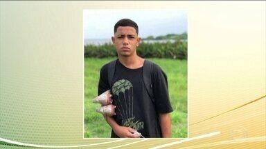 Moradores protestam contra mortes de dois jovens em operações da PM, no Grande Rio - Dyogo tinha 16 anos e estava indo para o treino de futebol, segundo o avô.Henrico, de 19, ia buscar a moto no conserto, segundo a viúva.