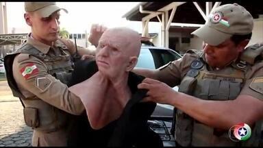 Assaltante é preso ao tentar roubar banco com máscara de idoso - A tentativa de roubo ocorreu numa agência, em Jaraguá do Sul, Santa Catarina. O criminoso quebrou a perna quando tentava fugir.