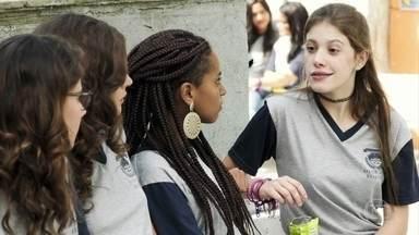 Anjinha desabafa com as amigas - Rita e Jaqueline tentam acalmar a filha de Marco