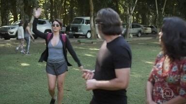 Helena chega ao passeio organizado por Péricles - Missade estranha e se irrita