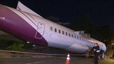 Carcaça de avião fica quase 24h em avenida de BH - Sucata finalmente foi levada para fábrica de peças