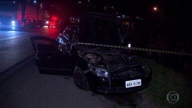 Acidente entre carro e ônibus em Curitiba deixa três mortos e três feridos - Carro fez retorno em local proibido e acabou sendo atingido por ônibus.