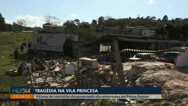 Família e amigos enterram três vítimas de caminhão desgovernado em Ponta Grossa - Caminhão invadiu casa na Vila Princesa e matou avô, filha e neta na segunda-feira (12).