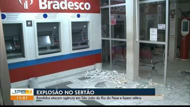 Bandidos explodem agência bancária, no Sertão - Criminosos atacam agência em São João do Rio do Peixe e fazem reféns.