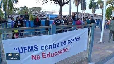 Educadores de Corumbá e Ladário participam de protesto - Manifestantes são contra os cortes de verbas feitos pelo MEC