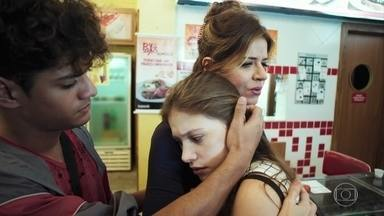 Carla tenta confortar Anjinha - Enquanto isso, Marco tenta se proteger dos tiros no local do encontro com cabo Góes