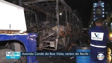 Ônibus pega fogo e chamas atingem estação de BRT na Avenida Conde da Boa Vista - Grande Recife Consórcio informou que pane elétrica provocou o incêndio e via foi interditada
