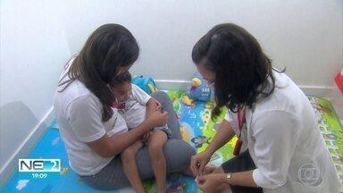 Voluntários ajudam famílias de crianças com microcefalia - Profissionais dedicam tempo para tratar das vítimas da enfermidade