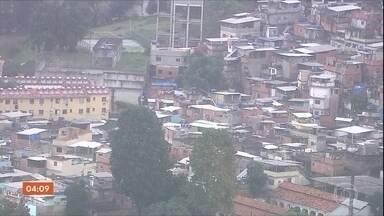 Tiroteios causam pânico e afetam circulação de trens no RJ - Base da UPP da Mangueira foi atacada por traficantes e um criminosos morreu durante a troca de tiros. Em Santa Catarina, suspeito de pedofilia foi preso.
